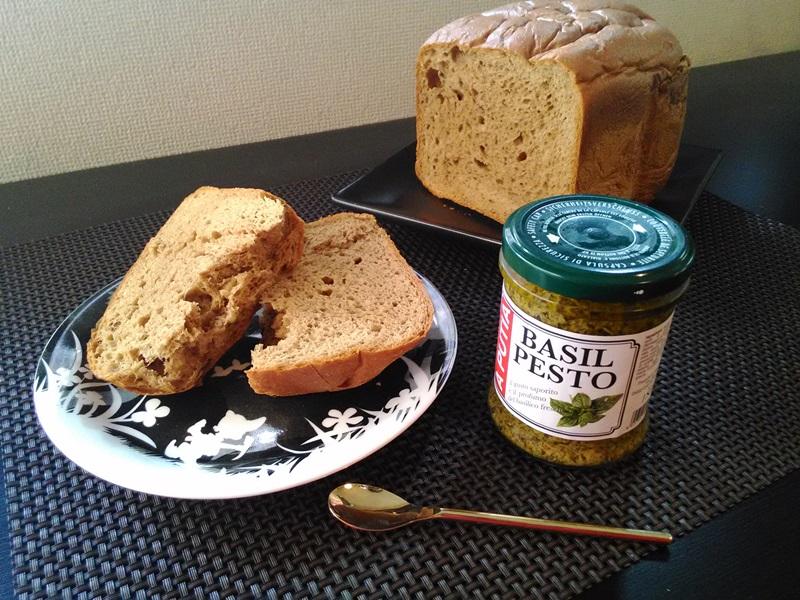 糖質制限ブランパンとバジルソース